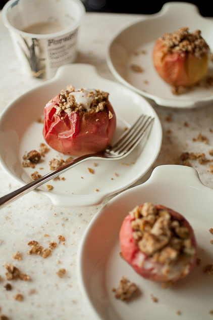 Healthy, warm, and spiced: breakfast baked apples with granola crumble are perfect for a fall breakfast or brunch!